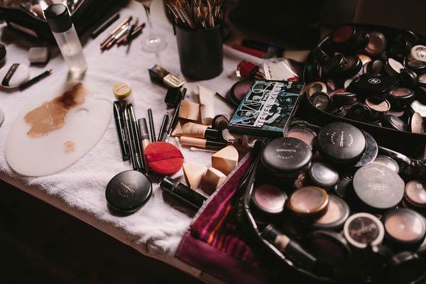 Mi mesa con maquillajes de diversas marcas trás una sesión .