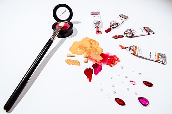 wisking, mezcla de base de maquillaje con labiales