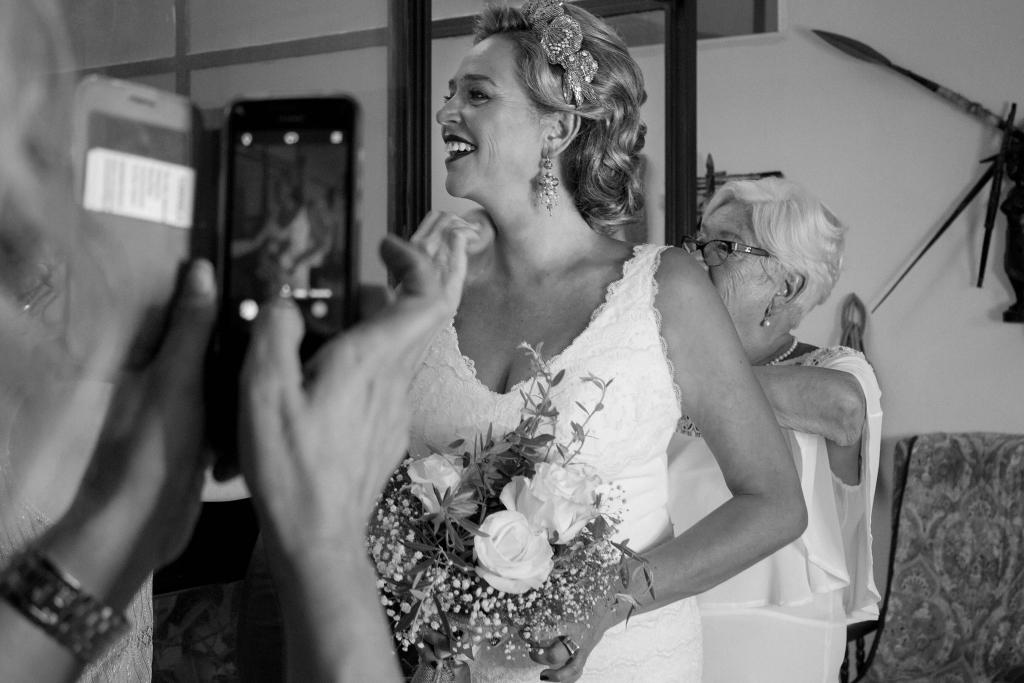 abrochando el vestido de la novia