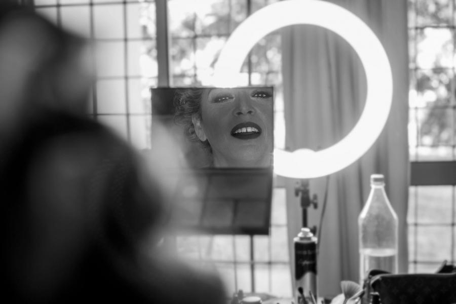 descubriendose en el espejo