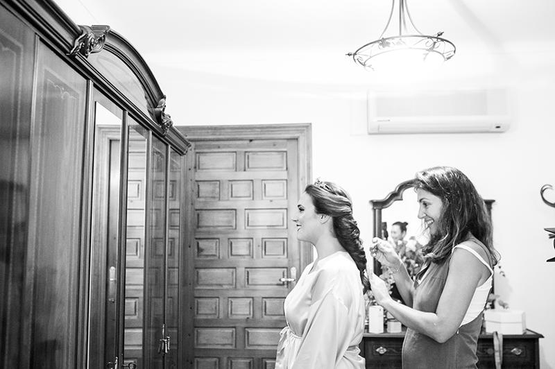 La peluquera Carmela Dominguez dando los últimos toques a su trenza