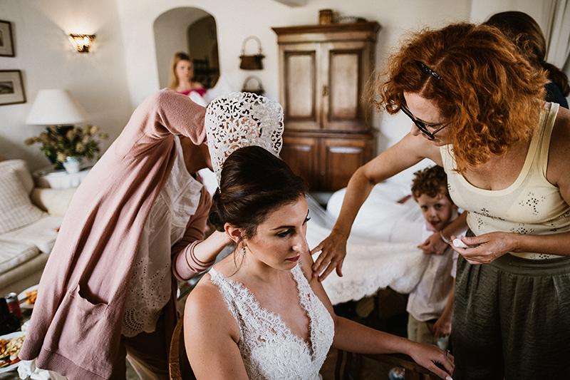 últimos retoques de maquillaje en boda india-andaluza