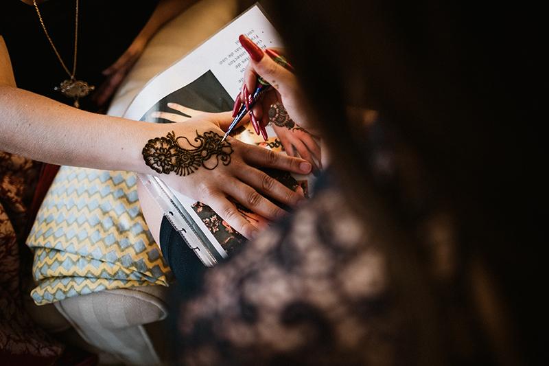 aplicación de Henna en una boda india