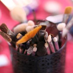 como mantener desinfectados tus pinceles y material de maquillaje